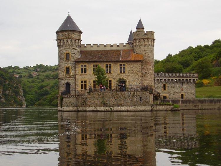 Vue dans l'eau du chateau de la Roche