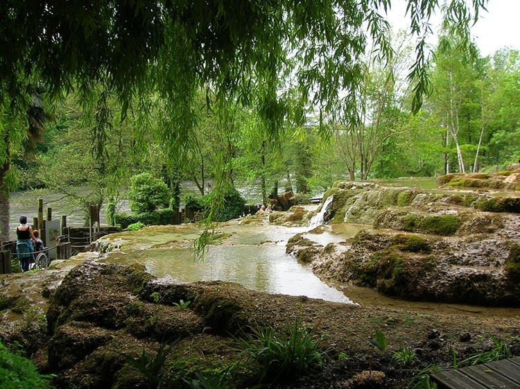Le jardin des fontaines pétrifiantes de la Sone