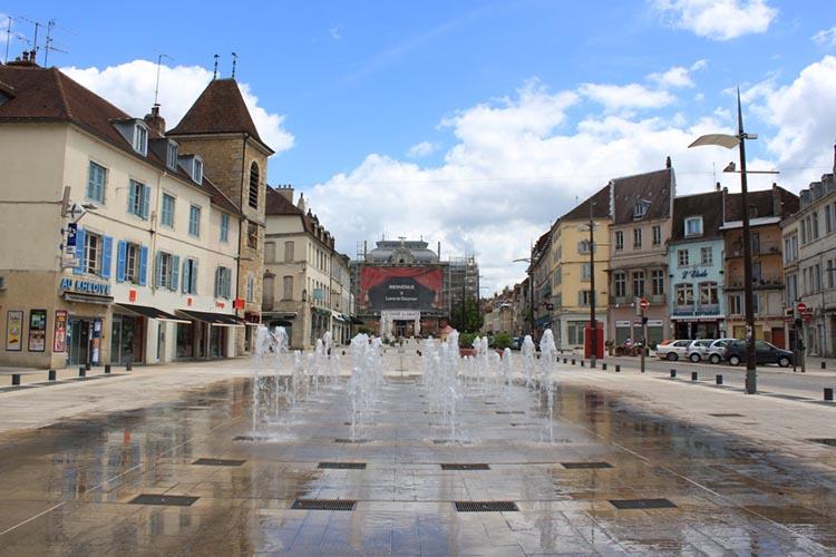 Vue sur la place centrale avec les fontaines de Lons-le-Saunier